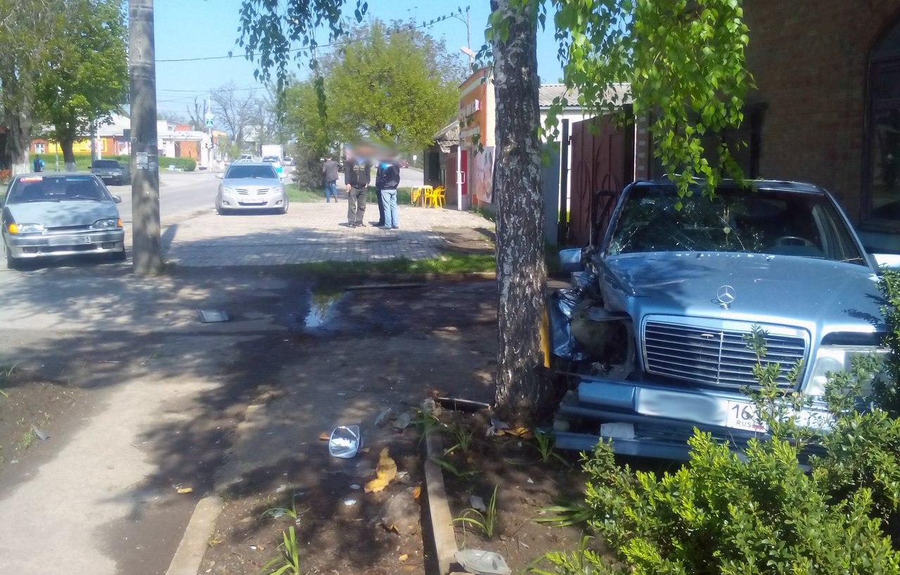 В Таганроге в результате ДТП Mercedes-Benz оказался зажатым между деревом и частным жилым домом
