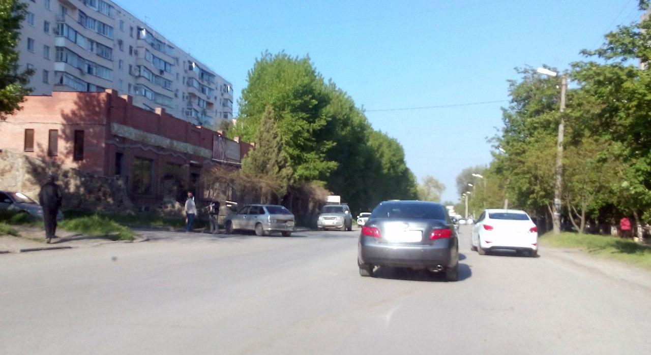 В Таганроге в результате ДТП «ВАЗ-2114» врезался в каменный забор кафе «Анжи»