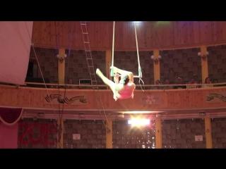 Воздушная гимнастка на трапеции цирк