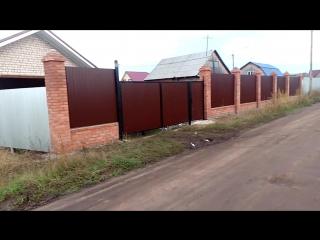 Забор со столбами из кирпичной кладки, ворота и калитка