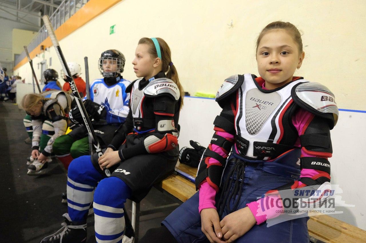 Девочки играют в хоккей