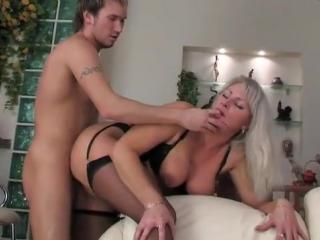 Сын пристаёт к матери порно фото 685-358