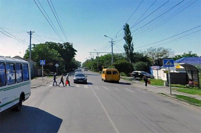 В Таганроге 24-летняя девушка угодила под колеса Nissan Maxima
