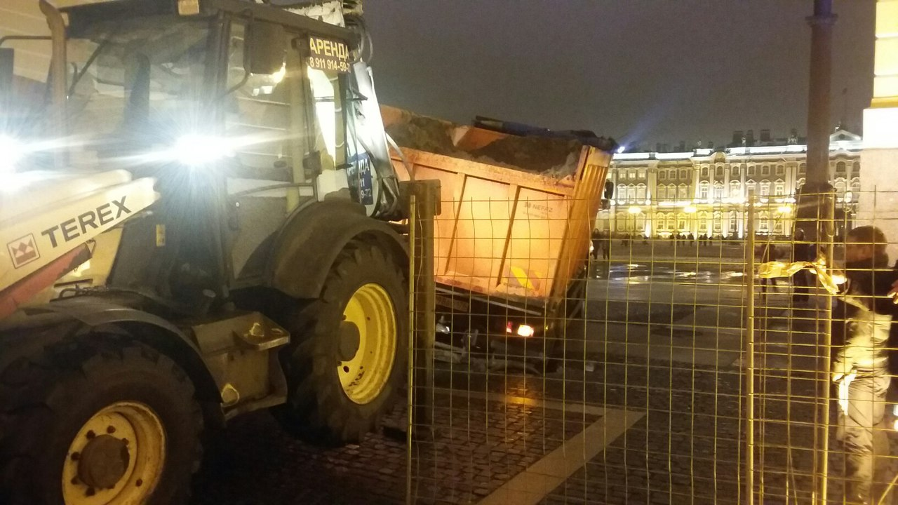 Груженный снегом КАМАЗ провалился колесом влюк наДворцовой— свидетели