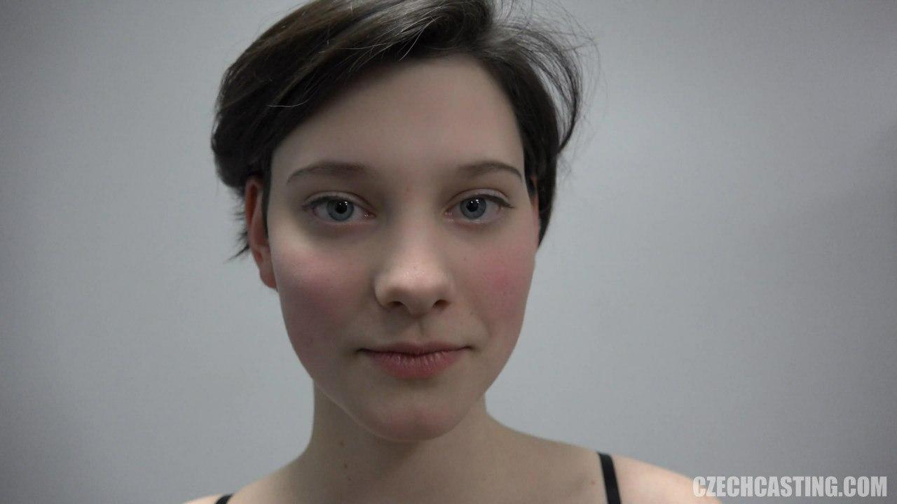 Красивое молодое лицо и голубые глаза