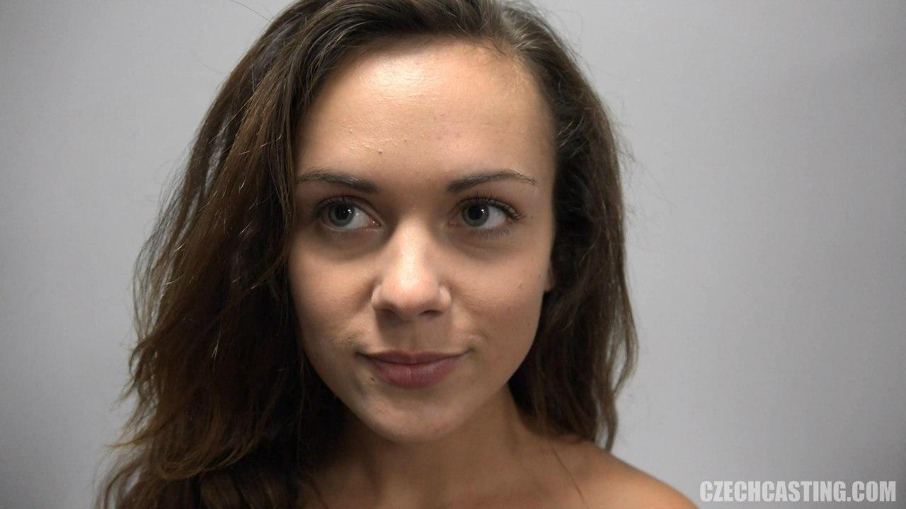 Красивое лицо с голубыми глазами молодой чешской девушки