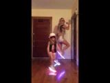 Мама с дочкой танцуют в светящихся кроссах)