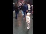 Правильные девчата танцуют под правильную музыку!))