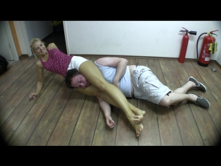Jenni Czech Collects A Bet (headscissors knockout)