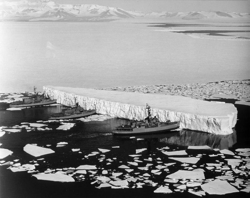 Три американских военных ледокола USS Burton Island, USS Atka и USS Glacier двигают айсберг заплывший в канал ведущий к антарктической станции McMurdo 31–го декабря 1965–го года.<br>#интересно