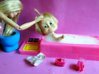 Маша купается в пене и в игрушках. Мама Барби, Маша и Медведь
