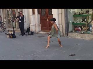 Балерина из Израиля не устояла перед мелодией уличного музыканта в Италии