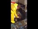 Рыбаки пытаются поднять электрического ската