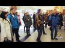 Новосибирск ОПЯТЬ ЗАЖЁГ Идёт солдат по городу песенный флешмоб