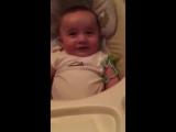 У малыша крутой смех))