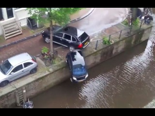 LiveLeak - Car crashes in Amsterdam Canal during out off control police pursuit