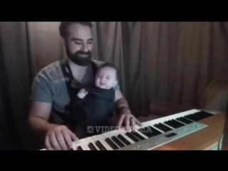 Папа укладывает малыша