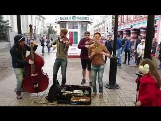 Девушка классно спела крутую песню про настоящего мужика. Уличные музыканты.