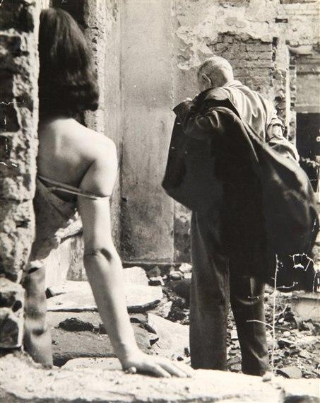 Секс среди руин