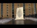 Choinka uwięziona w kostce lodu. Granary Square, Londyn