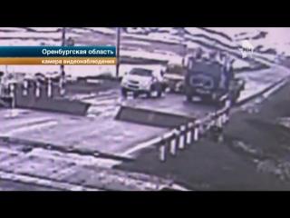 Водитель грузовика чудом избежал смертельного столкновения с поездом