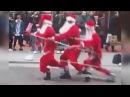Санта Клаус Поразил Прохожих Своим Танцем