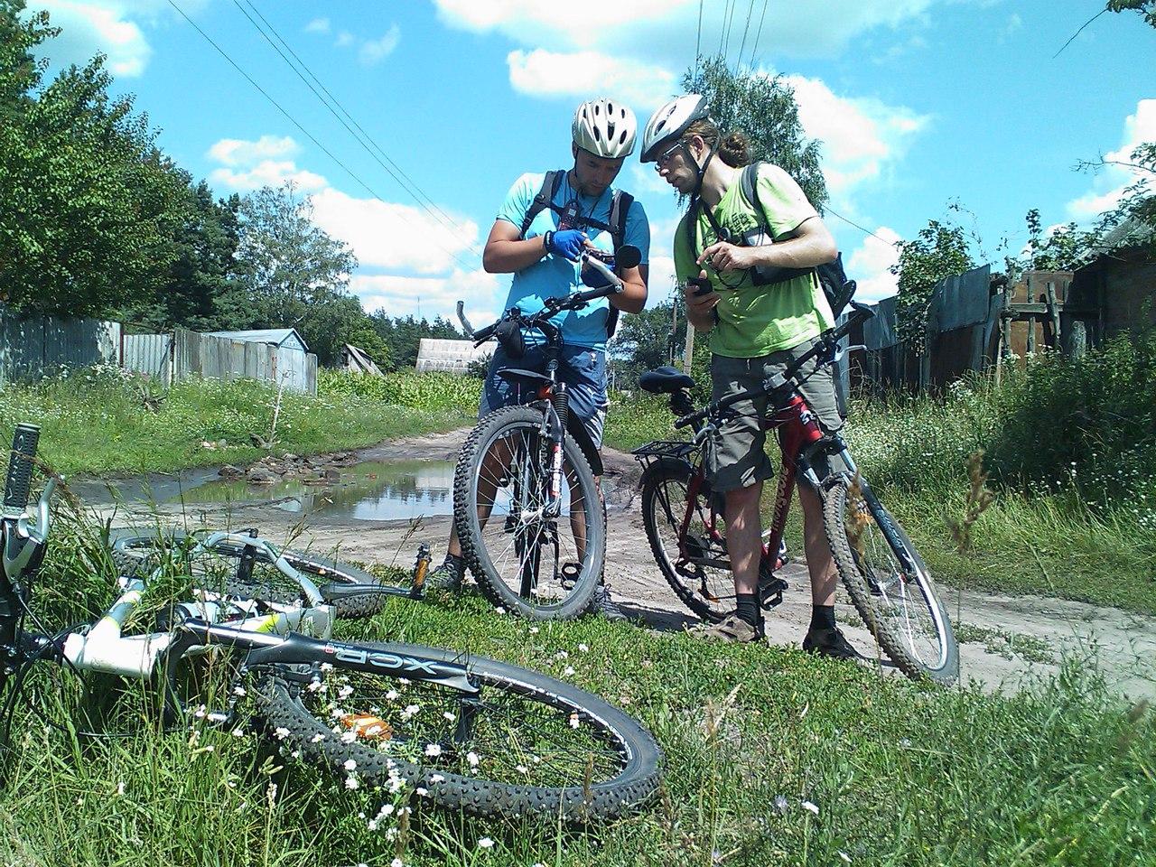 Велосепедисты - участники общественного учета аиста белого