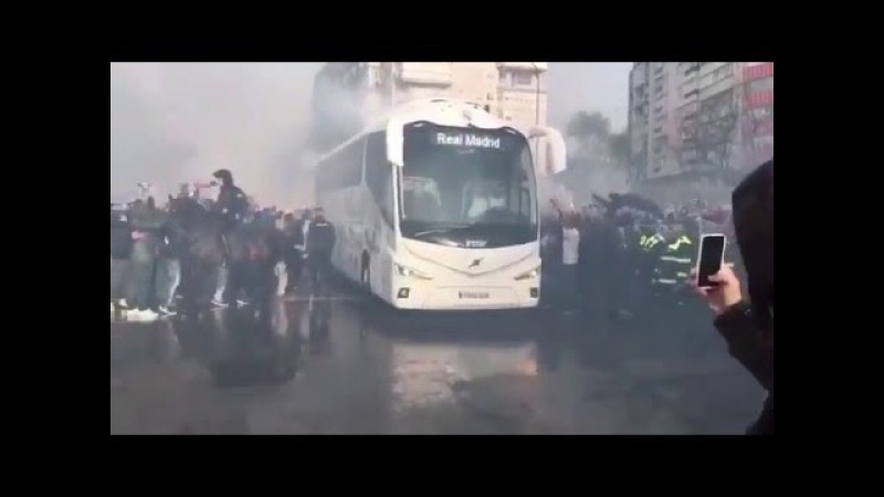 The fans reaction to real madrids arrival at the santiago bernabéu against Wolfsburg