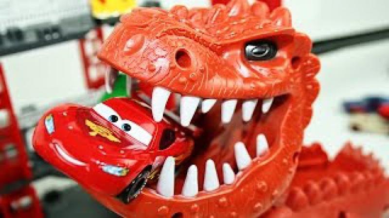 Гоночные машины Тачки 2 - Dinosaur Attack Disney Cars 2 Racing Set Dinosaur Eats Lightning McQueen