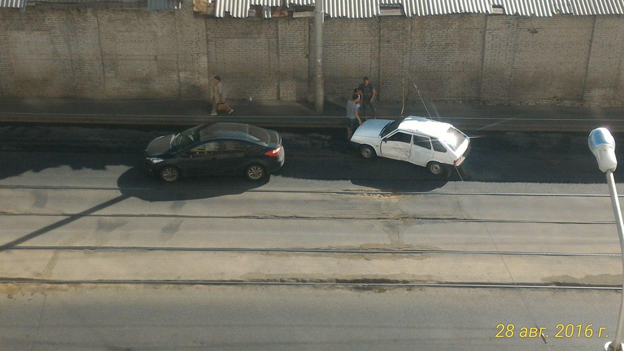 Фото: В Уфе легковушка протаранила авто, уступавшее путь трамваю
