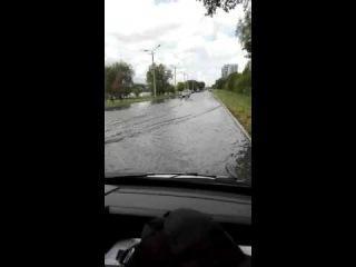 Усть-Каменогорск под угрозой затопления - автомобили с трудом проезжают по трассе