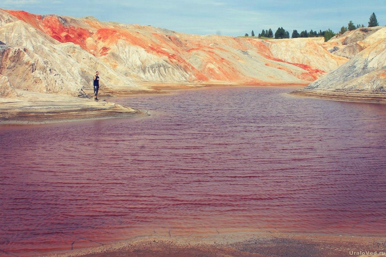 Озеро с красной водой