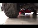 Девушка-змея станцевала с подносами под днищем автомобиля
