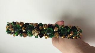 Ободок из хрустальных бусин золотого, зеленого и черного цветов