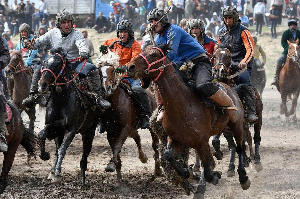 В Гиссаре в честь Навруза состоялось национальное конное соревнование «бузкаши». ФОТО