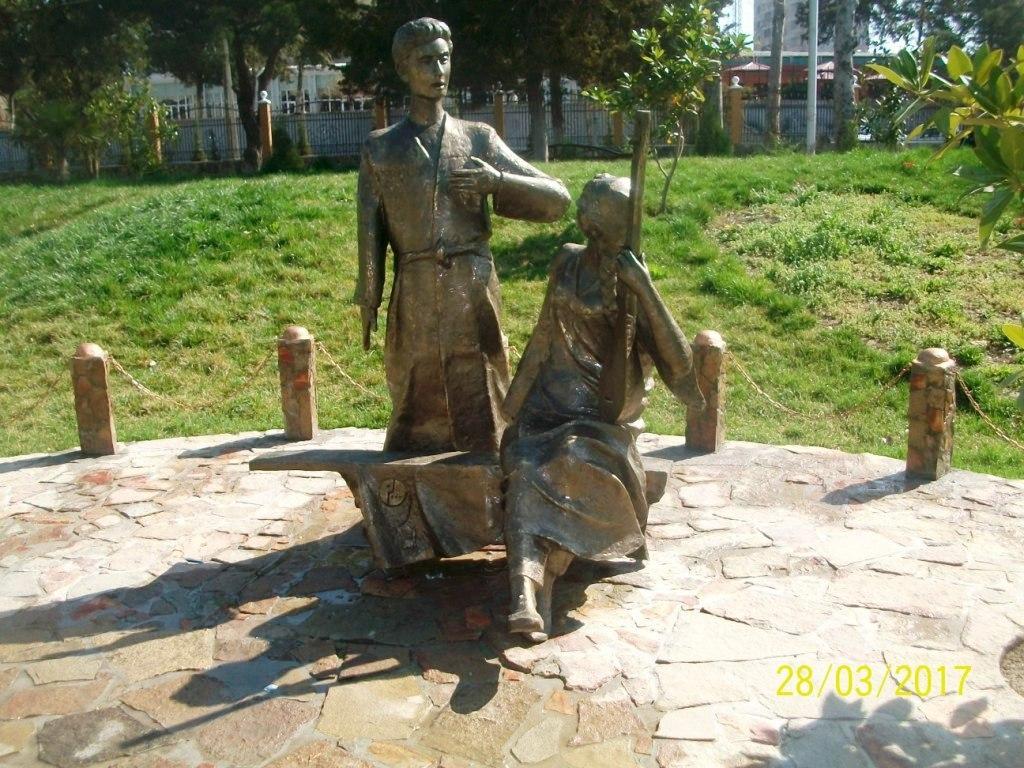 В Худжанде в честь героев фильма «Я встретил девушку» установлен памятник