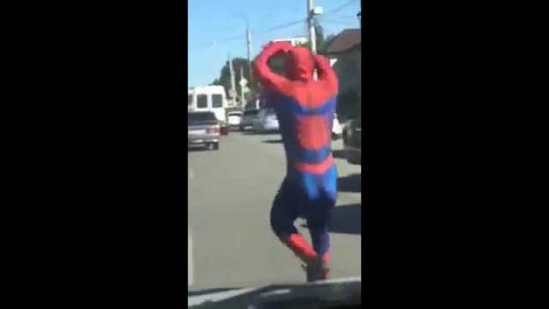 Человек-Паук танцует шаффл на улицах Махачкалы.