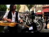 Уличный музыкант режет блюз на слайд-гитаре!