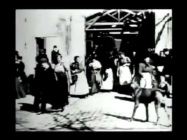La sortie des usines Lumière, à Lyon-Montplaisir - Lumière Frères (1895)