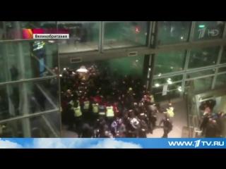 В европейских столицах противники и защитники беженцев устраивают драки