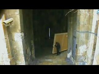 Иерусалим, Старый Город. Икона падает на еврея-ортодокса