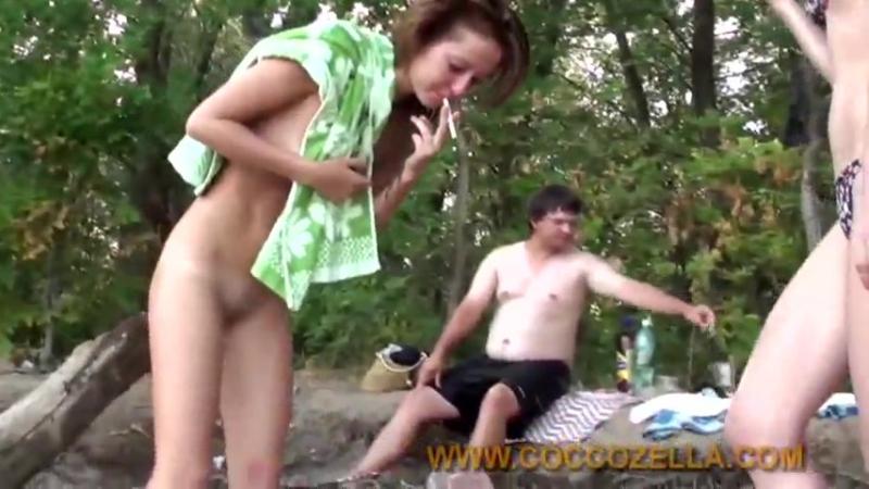 девушка не стесняя своих подруг мастурбирувала