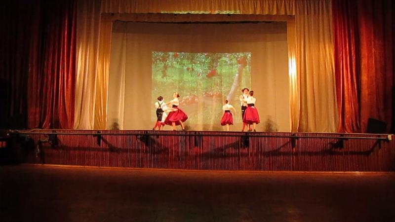 Немецкий народный танец с яблоками