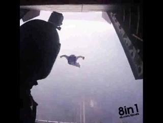 Мужики в костюме-вингсьют залетает в самолёт из другого самолёта / Bom Dia - I am Batman