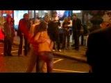 Похлопал девушку по голой попе прямо на улице!