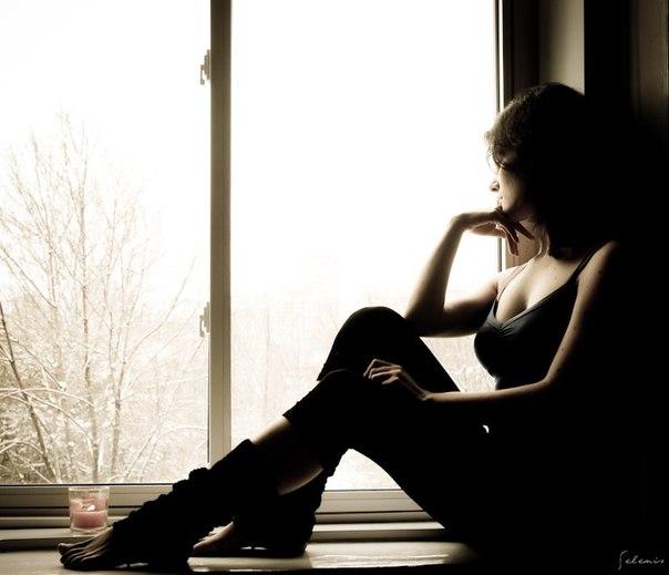 Потрясающая грудастая брюнетка скучает в одиночестве  137661