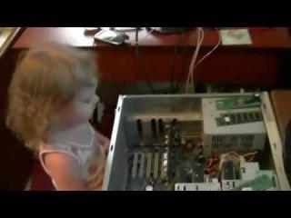 Двухлетняя девочка знает все про компьютеры