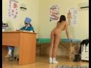 молодая девушка проходит медосмотр у доктора и получает расширитель во влагалище