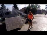 Жизнерадостная девушка танцует в городе