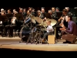 Мальчик барабанщик играет канкан